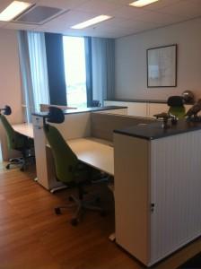 Arbetsplats med praktisk förvaring och ergonomisk stol.
